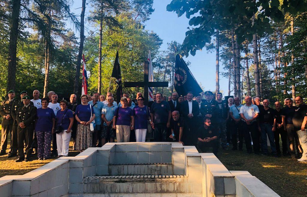 U Dvoru dana počast i održana komemoracija za poginule i nestale branitelje