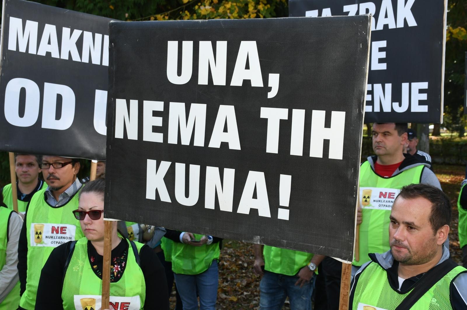 FOTO: Mještani Dvora održali prosvjed protiv odlaganja radioaktivnog otpada u vojarni Crketovac