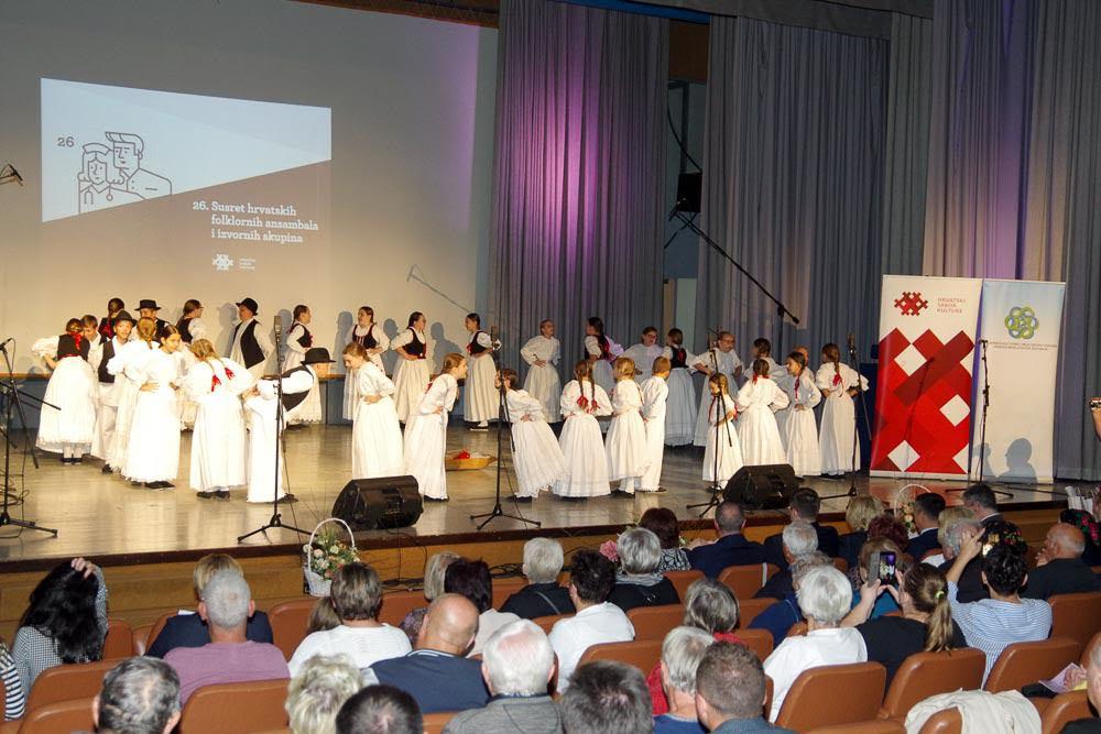 FOTO: U Sisku održani 26. susreti izvornog folklora