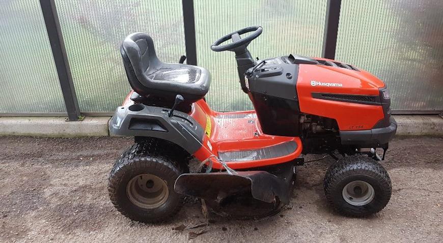 Iz prostorija kluba ukrao traktorsku kosilicu