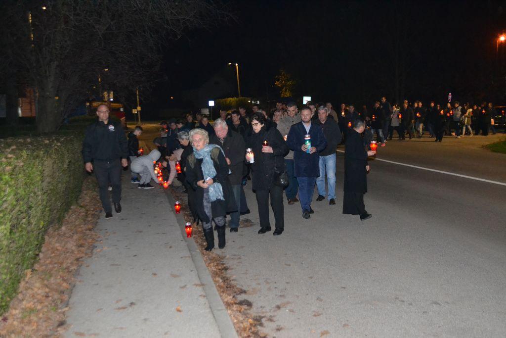 Projekcijom filma i paljenjem svijeća u Voloderu obilježen Dan sjećanja na žrtvu Vukovara