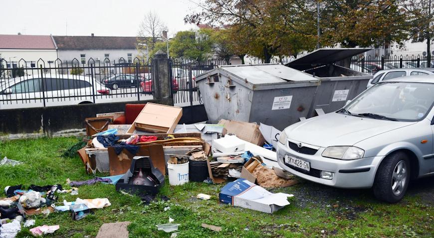 VIDEO: Nesavjesni građani glomazni otpad ostavljaju pokraj kontejnera za smeće