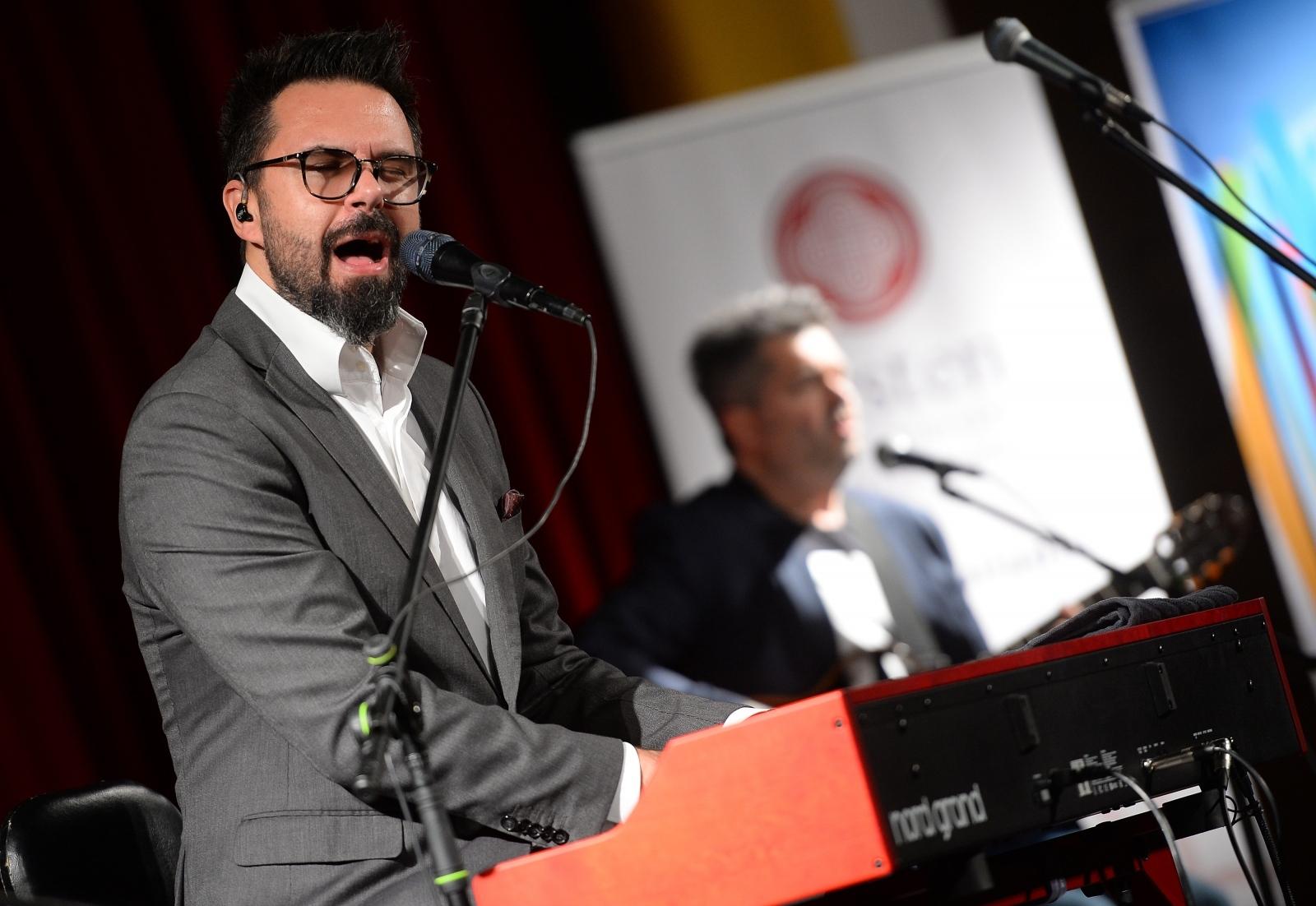 VIDEO: Petar Grašo zapjevao za mlade iz BiH